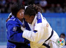 Emilie Andeol (FRA), Kanae Yamabe (JPN) - Grand Slam Paris (2014, FRA) - © IJF Media Team, International Judo Federation